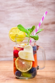 555977691-detox-water-or-infused-water-with-fruits-gettyimages_oggetto_editoriale_720x600