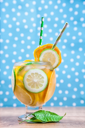558256477-detox-or-infused-water-with-citrus-fruits-gettyimages_oggetto_editoriale_720x600