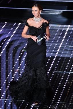 c6cfd4d581f7 madalina-ghenea-in-abito-nero-alberta-ferretti. vestito-con-piume-per- madalina-ghenea. La seconda serata del festival di Sanremo 2016 ...
